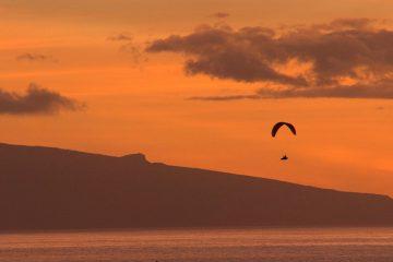 Paragliding bei Sonnenuntergang